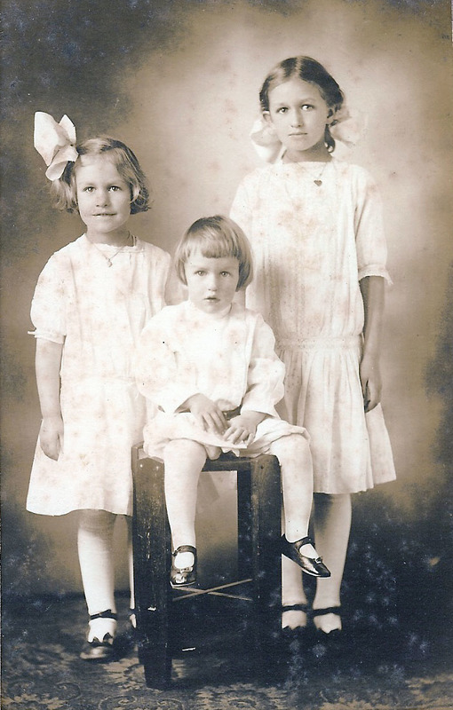 Elizabeth, Lewis, Edith 1916 - Edith is eldest.jpg
